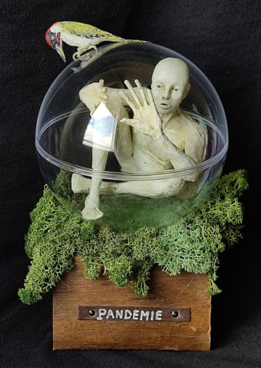 Sculpture Science-fiction, papier mâché, figuratif, œuvre d'art par Karine Krynicki