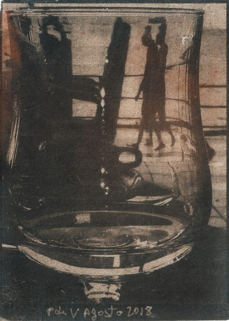 Through the glass - Fotografía,  17x13 cm ©2019 por Ariane Canta-Brejnik -            cyanotypes, cianotipia, nos matins à l'atenea, through the glass