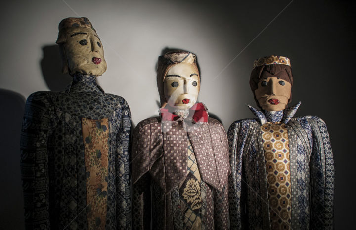 Chœur - Sculpture,  127x38x115 cm ©2014 by Caroline Regnaut -                                                                        Figurative Art, Fabric, Family, People, choriste, cravate, rois mages, chant