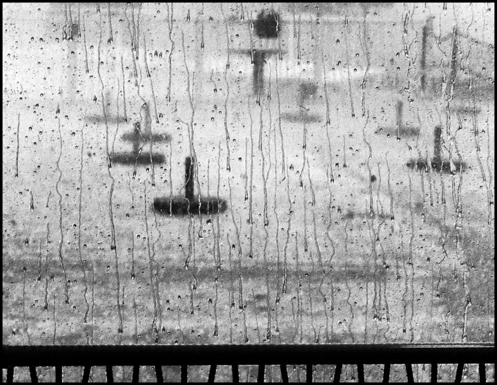 sous-la-pluie01.jpg - Photography ©2018 by Chupalia -                                                                                Abstract Art, Art Deco, Abstract Art, Water, Black and White, pluie, vent, noir et blanc, vitre, gouttes d'eau, abstraction