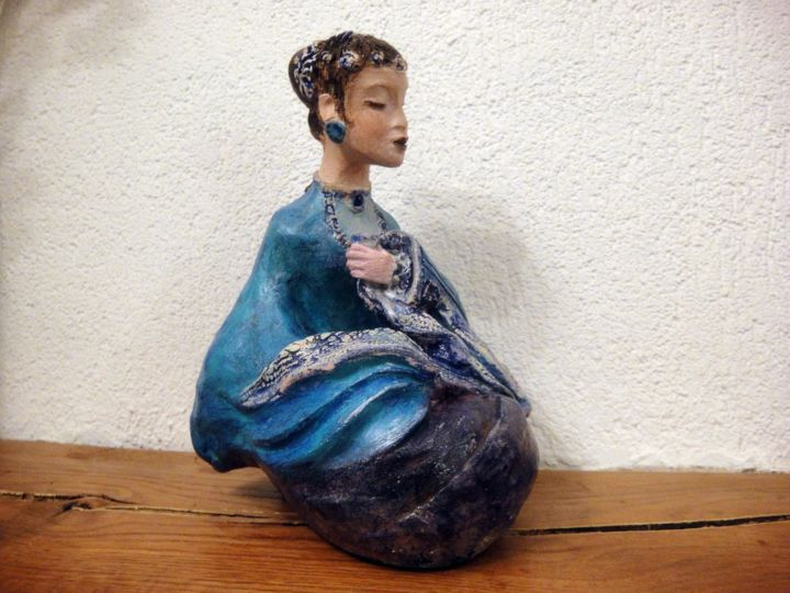 Concubine à la tasse de thé - Sculpture,  5.5x7.1x6.3 in, ©2017 by Danielle BENOTTO -                                                                                                                                                                                                                                                                          Figurative, figurative-594, Ceramic, Women, art sculpture terre cuite