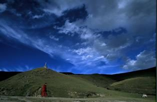 Monk Triangle - Photography, ©2006 by Jeff Fuchs -                                                              Monk Sichuan Horse Sky China Tibet