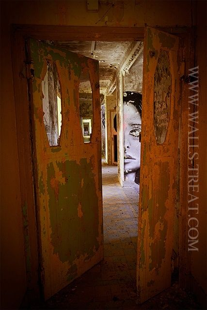 Behind the Door - © 2012 Le Zèbre Urbain -   Online Artworks