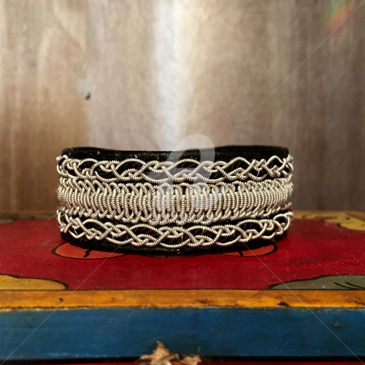 A3 - Artcraft,  0.8x0.4 in, ©2016 by Mary Larsson -                                                                                                                                                                                                                                                                                                                                                                                  artisanat, bracelets cuir tresse étain/argent, tin/silver &leather  bracelets, tennarmband, bijoux en cuir, bracelets de Laponie, bracelets Sami, bracelets lapon
