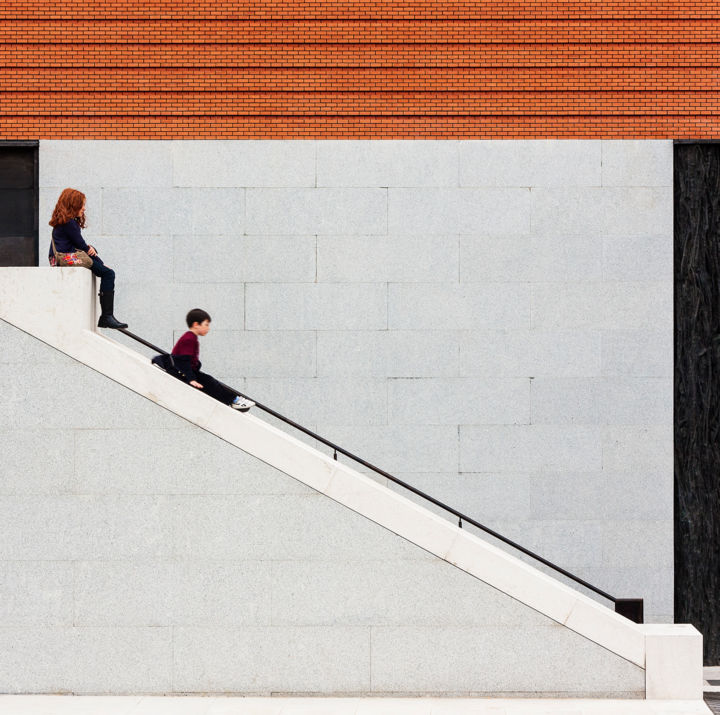 lets-the-children-play-and-do-it-with-them.jpg - © 2 tobogán, niños jugando, slide, scivolo, architecture Online Artworks