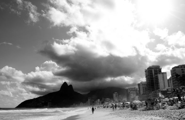 Ipanema Beach - © 2010 rio de jeneiro, ipanema beach, bw, cityscape, brazil, photography, buildings, tourists, water, hill, mountaiun, sun, clouds, sky, sunny day, summer, vacation, fun, people, man walking on the beach, arte brasil, fotografia brasileira, fotógrafos brasileiros, paisagens brazileiras, praias brasileiras, praia rio de janeiro, paisagem rio de janeiro, seascape photography, brazilian art, brazilian photography, decor photography, Limited Edition, Black and White Obras de arte  on-line