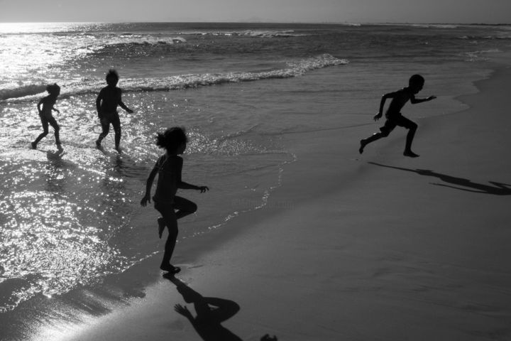 Correr Por Diversão - © 2011 GRANDE BEACH, Light feet, Water, art, beach, boy, brazil, bw, bwach, children, conceptual, conceptual photography, decisive moment, deep field, fine art, fine art photography, flying, gilr, lifestyle, people, reflex of sun at sea, reflex water, rio de janeiro, rj, run, running, sand, sea, sun, sun reflex, tourist town, travel, waterscape, waves, Limited Edition, Black and White Obras de arte  on-line