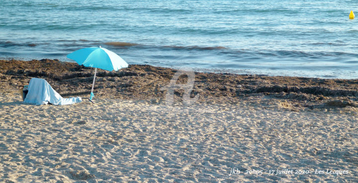 Turquoise - La plage ce soir - En mode distanciation Covid19 - Photography, ©2020 by Josiane Karanian Boularot -                                                                                                                                                                                                                                                                                                                                                                                                                                                                                                                                                                                                                                                                                                                                                                                                                                                                                                                                                                                                                                                  Illustration, illustration-600, Colors, Water, Places, Light, Nature, parasol, plage, soleil, mer, bleu, turquoise, sable, algues, Provence, Var, Les Lecques, Saint-Cyr-sur-Mer, couleurs, soir, covid19