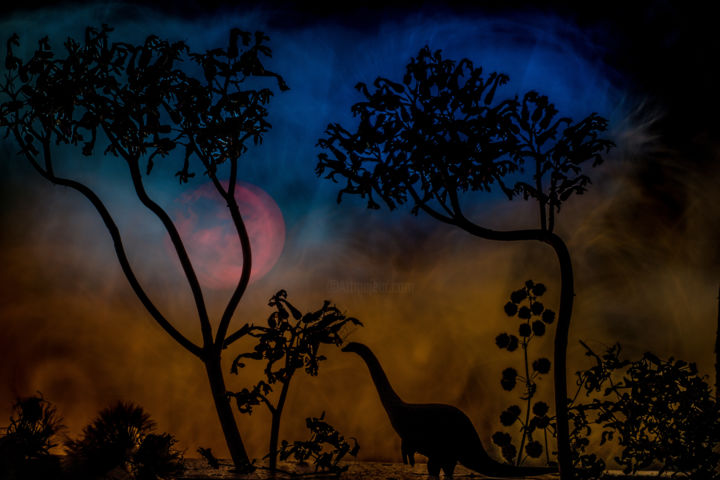 La dernière lune des dinosaures - ©  Dino, dinosaure, light painting, Rached Miladi, Rached Miladi photographie, Limited Edition Obras de arte  on-line