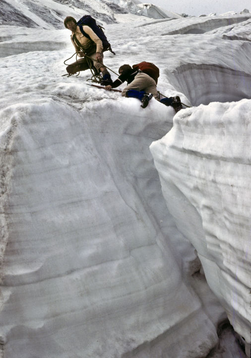 Crevasse.jpg - Photography ©1981 by Roland Bouvier -            franchissement, crevasse, neige, glace, glacier, guide, alpiniste