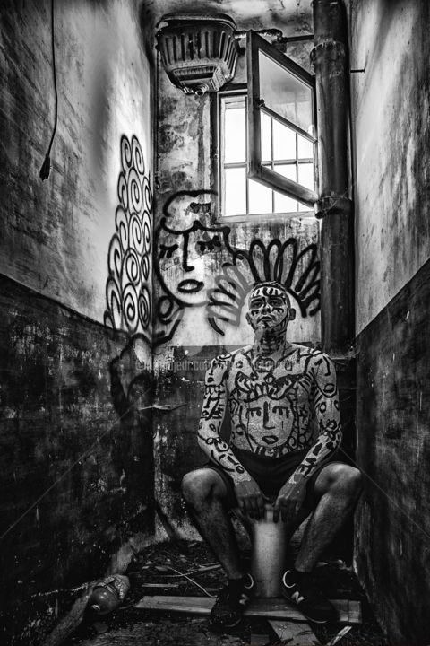 Game of Throne 3 - Photography,  60x40x0.03 cm ©2017 by SMb -                                                                                                Outsider Art, Street Art (Urban Art), Aluminum, Cotton, Black and White, People, photographie, urbex, decay, ababdoned, lost place, bodypainting, blackandwhite, smb photographie