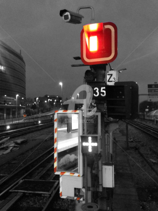 Paris red on black urban color splash - Fotografia, ©2016 da splash -                                                                                                                                                                                                                                                                                                                                                                                                                                                                                                                                                                                                                                                                                                                                                                                                                                                                                          Colori, Luce, Bianco e nero, Cityscape, Treno, red, rouge, couleurs, photo, photographie d'art, art photography, artiste, artiste splash, artist splash, urban, urban photo, urban photography, metro, train