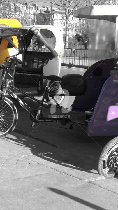 rick show color splash - Photographie, ©2016 par splash -                                                                                                                                                                                                                                                                                                                                                                                                                                                                                                                                                                                                                                                                                                                                                                                                                                                                                                                                      Architecture, Couleurs, Lumière, Noir et blanc, Paysage urbain, splash, rickshow, rickshaw, purple, yellow, violet, jaune, urbain, urban, street, road, street photography, paris, france, color splash