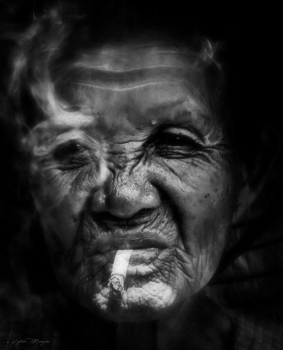 Ce ne sera pas la dernière.......... - ©  fumeur, gitane, havane, cigarette, fumée, tabac, femme, vietnam, hoi an, regard, culture, tradition, face, génération, tabagisme, santé, megot Online Artworks